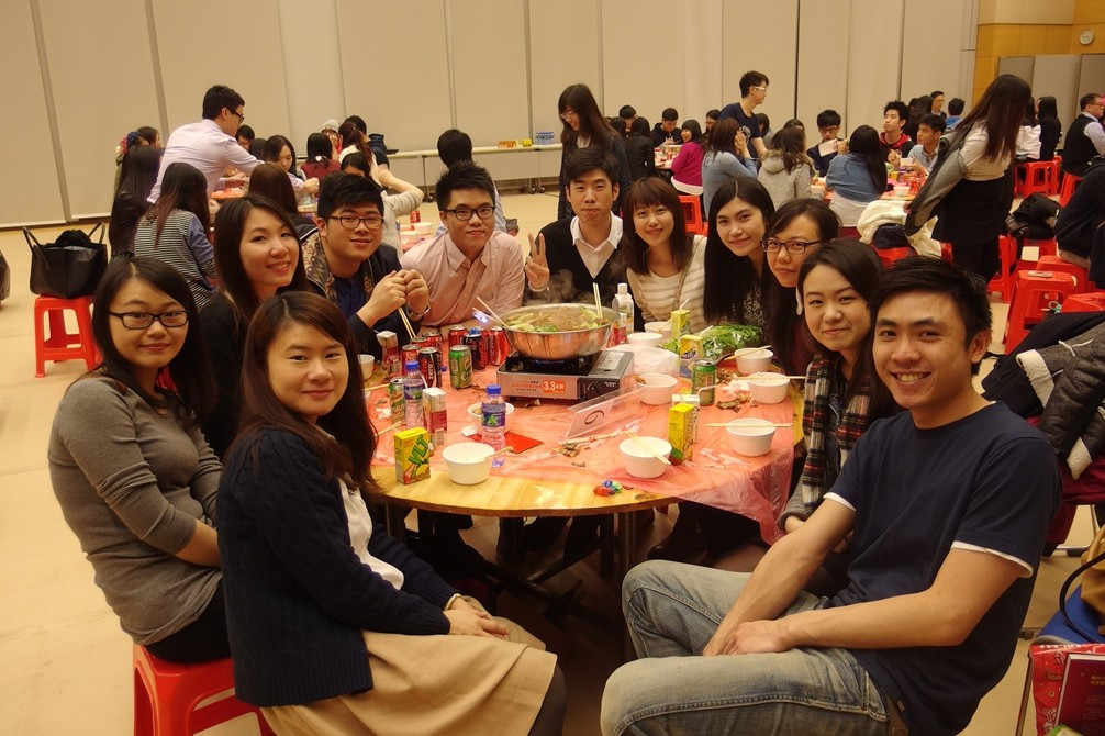 Alumni Homecoming Dinner 2014-2015 : Eating Poon Choi at College Hall - Photo - 3