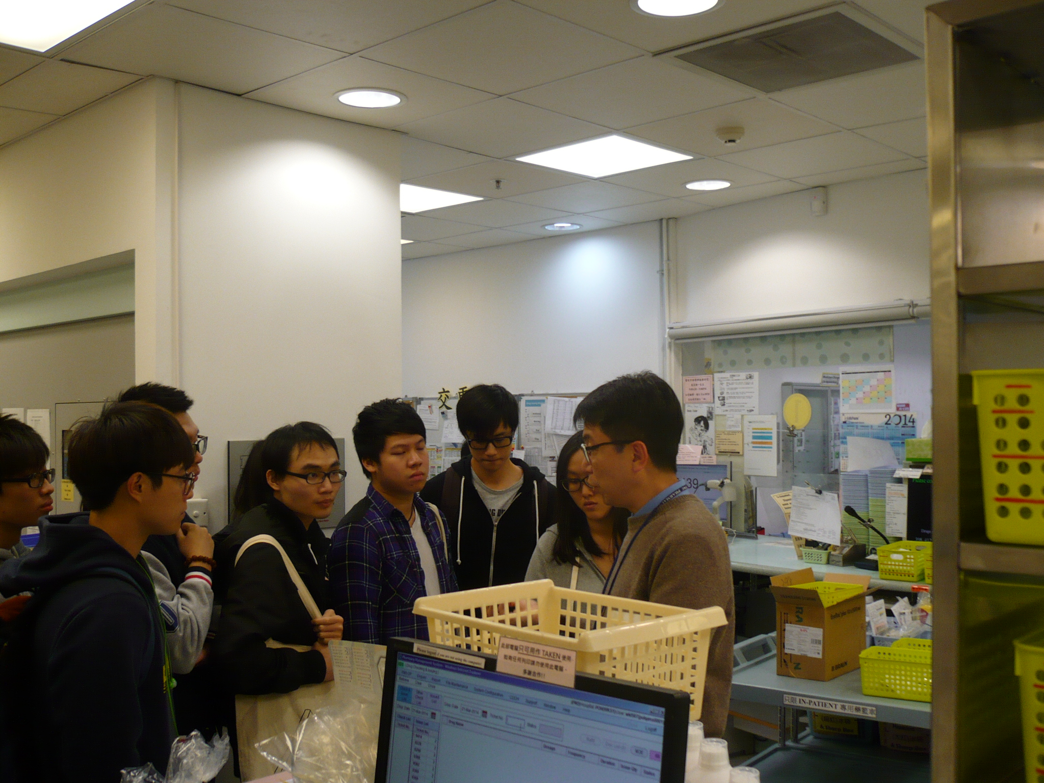 Visit to the Pharmacy Department of Pok Oi Hospital - Photo - 9